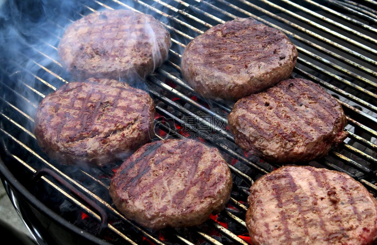 炭火烤圆形肉块图片