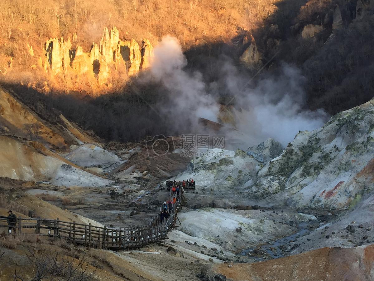 唯美图片 自然风景 烟雾缭绕的大山jpg