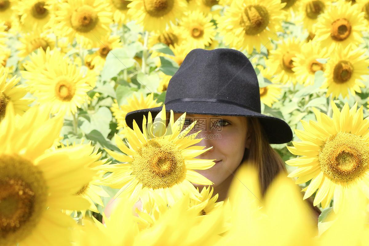 黄色花丛中的女人