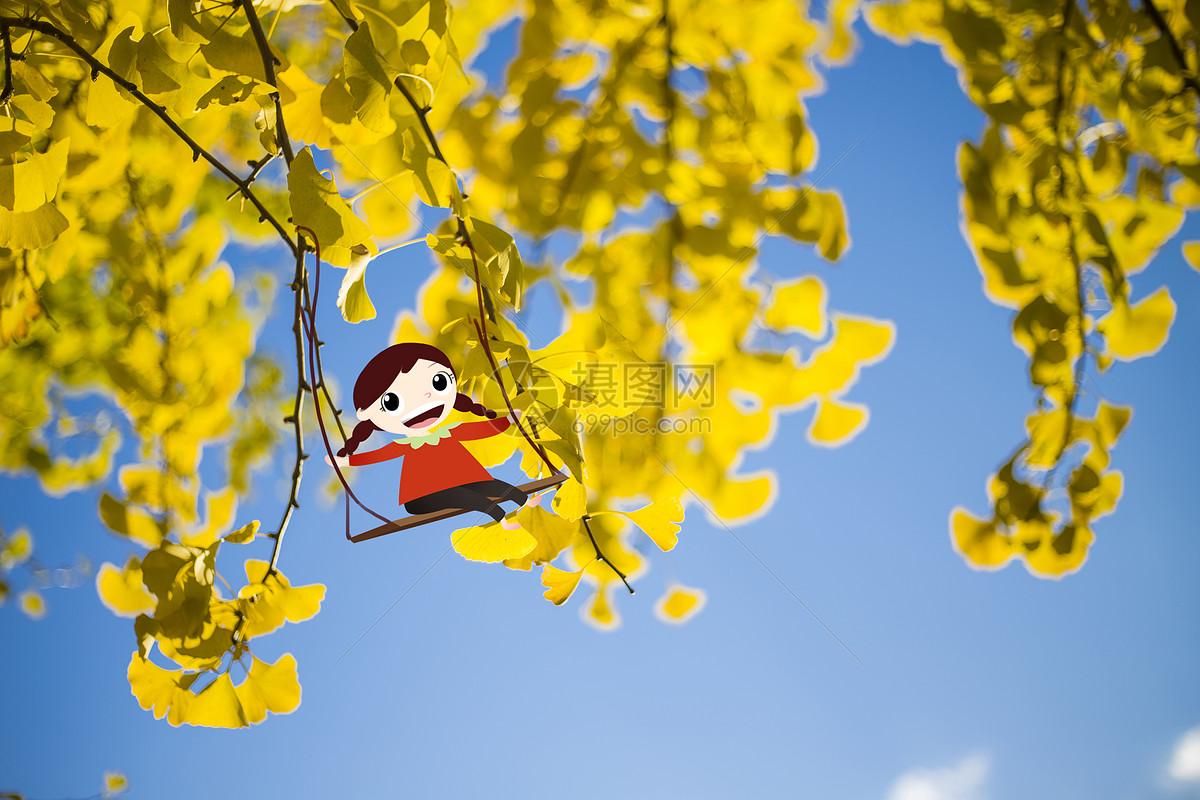 在银杏叶下荡秋千的小女孩图片