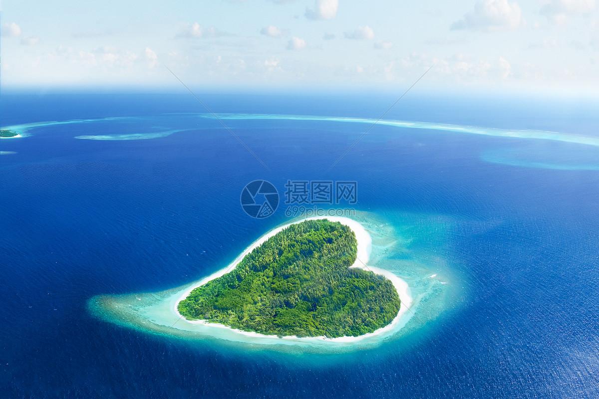 航拍心形小岛图片