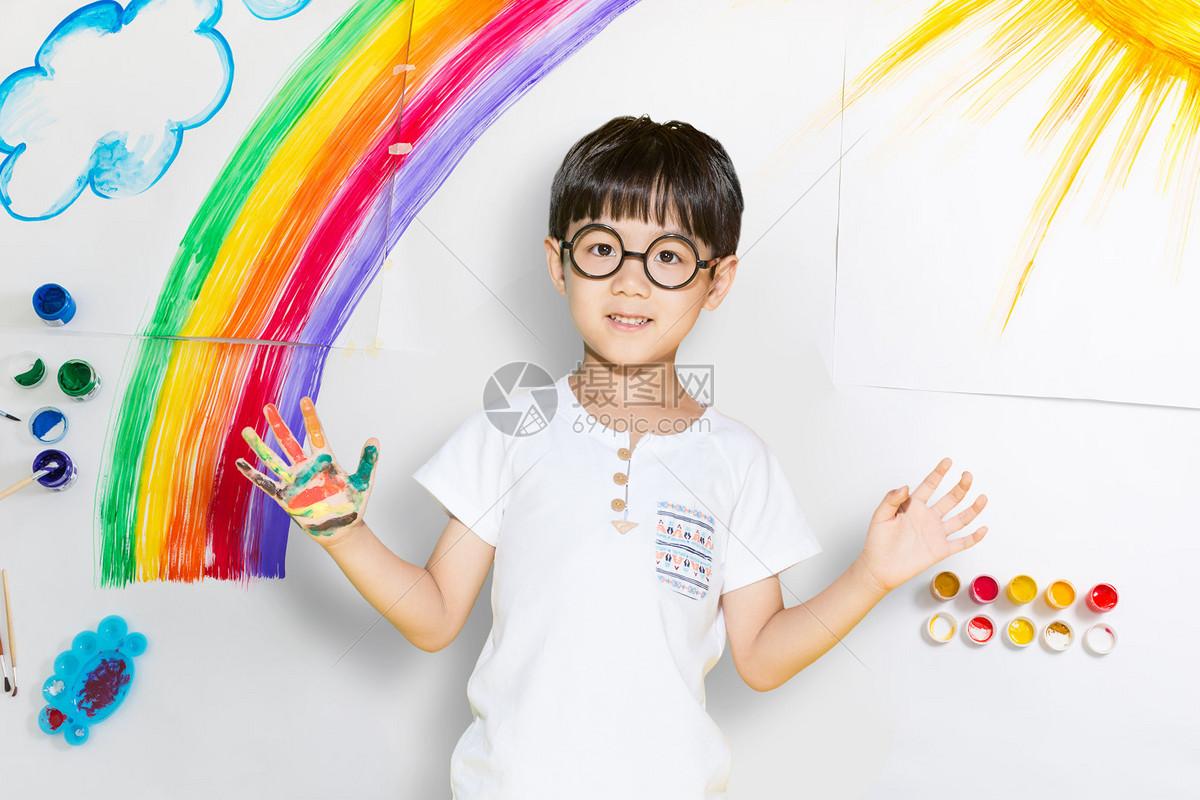 画彩虹的男孩图片