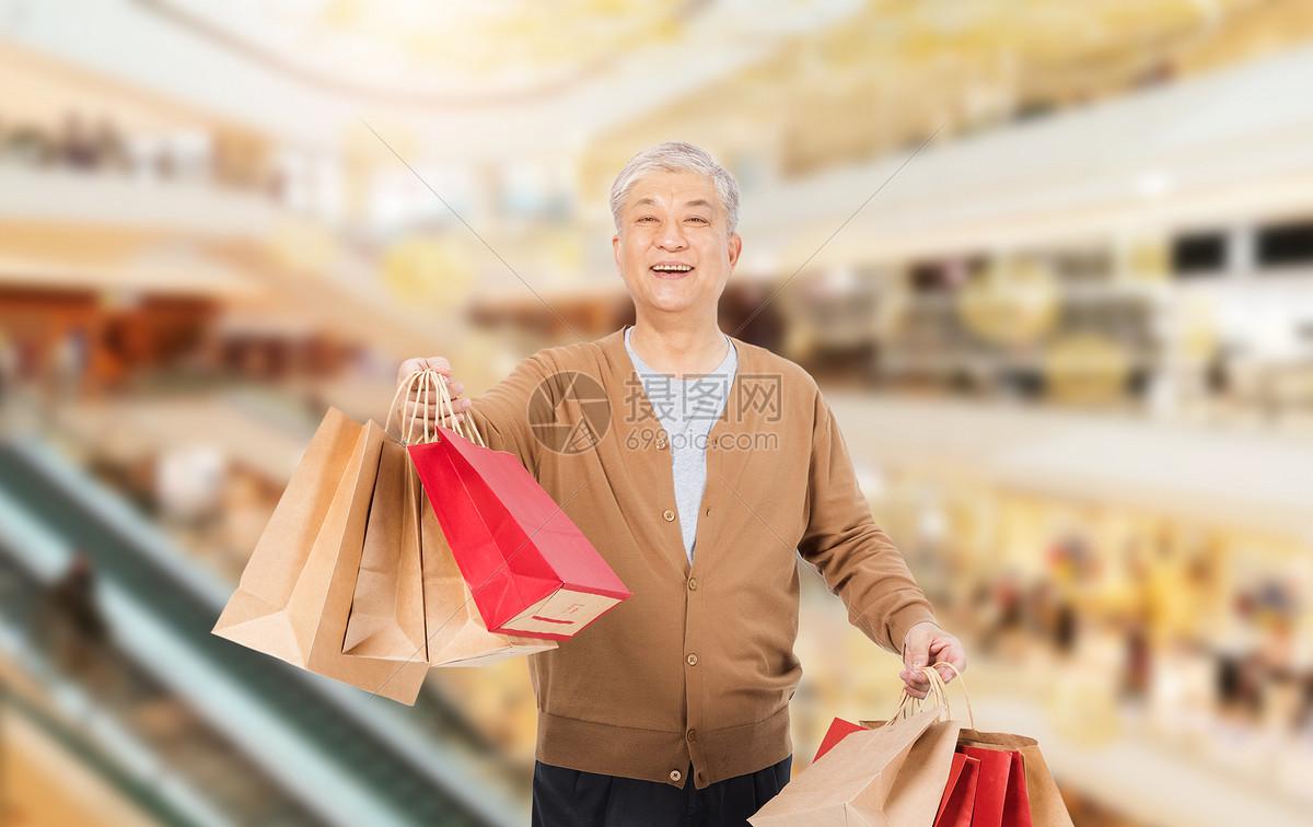 购物老人图片