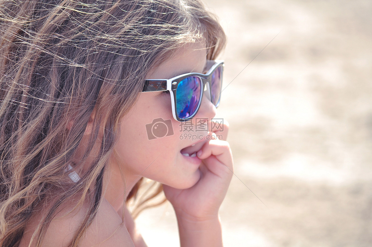 戴墨镜的小女孩