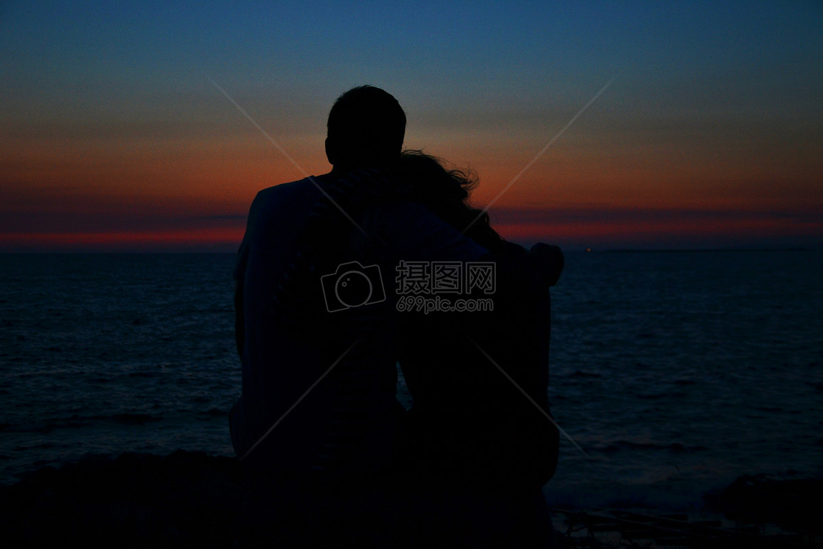 海滩边的情侣背影图片