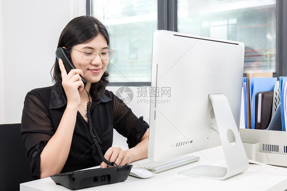 商务客服正在接电话图片
