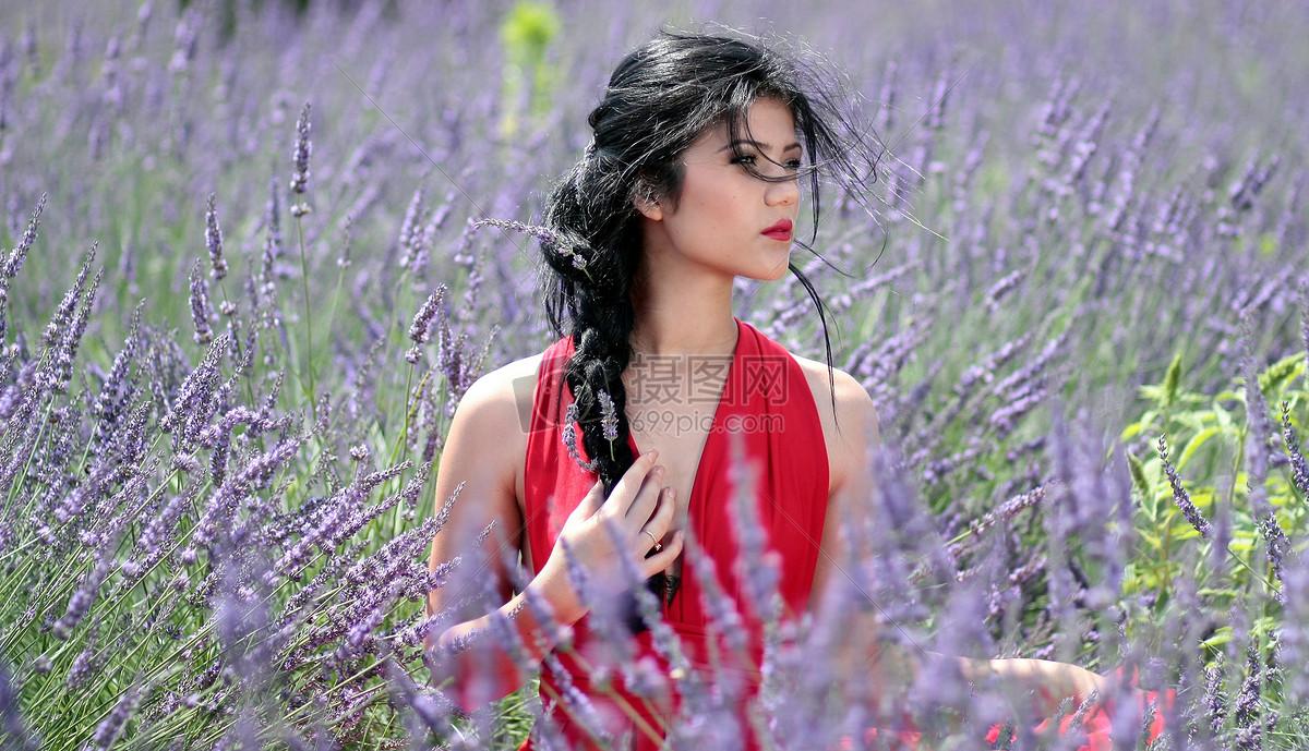 在花丛中的女人