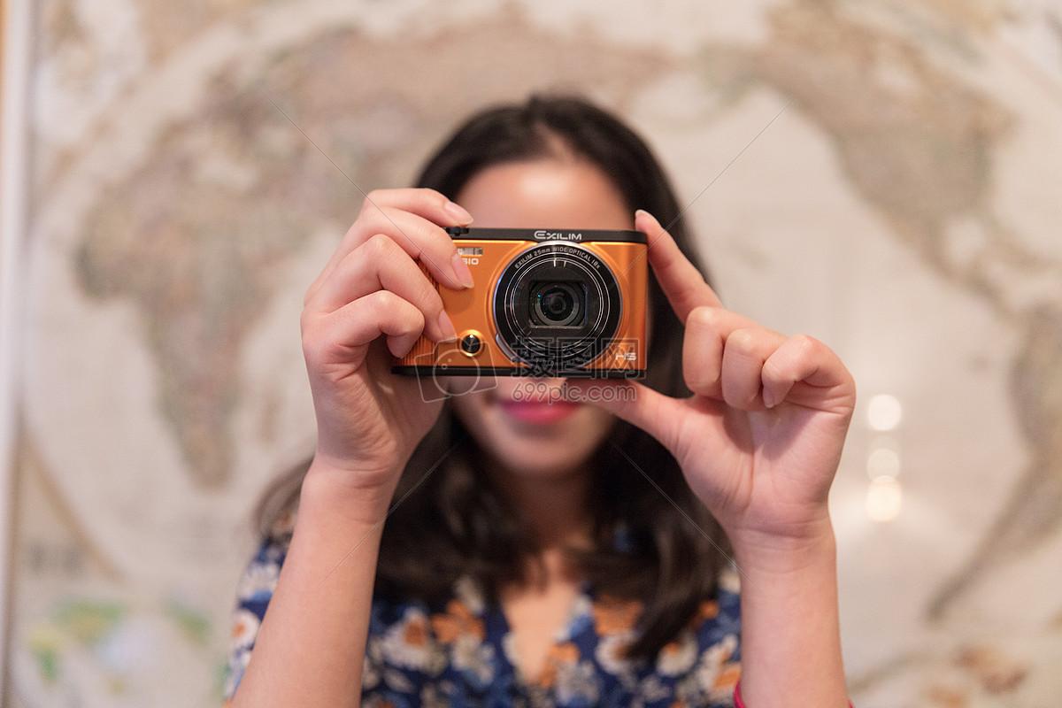 文艺女人手持相机拍摄图片