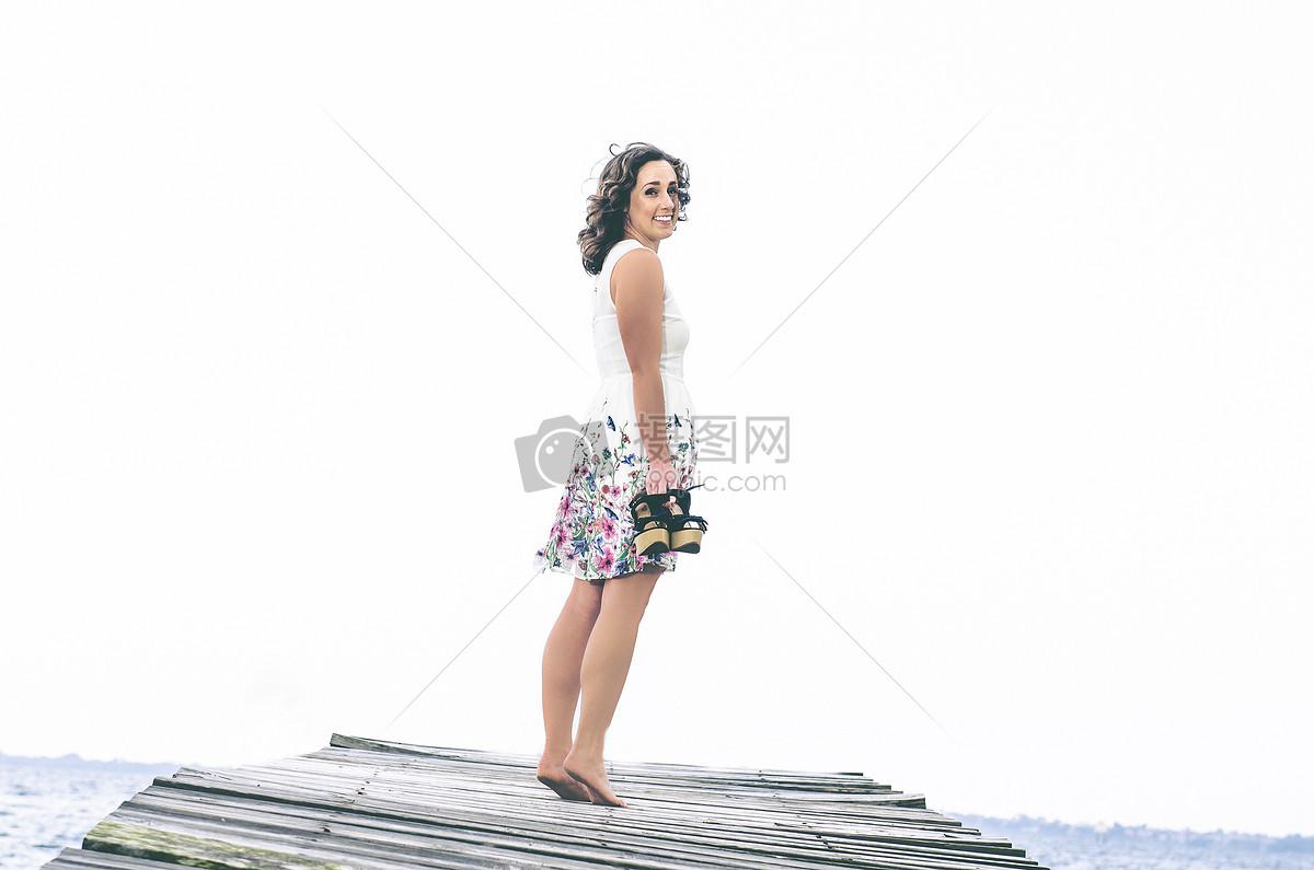 光脚站立的美女图片素材_免费下载_jpg图片格式_高清