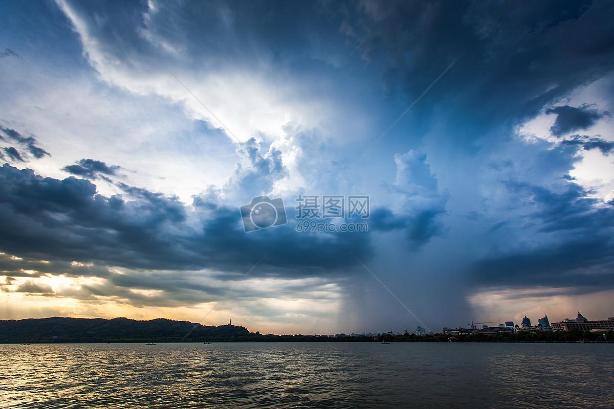 台风暴雨的西湖傍晚