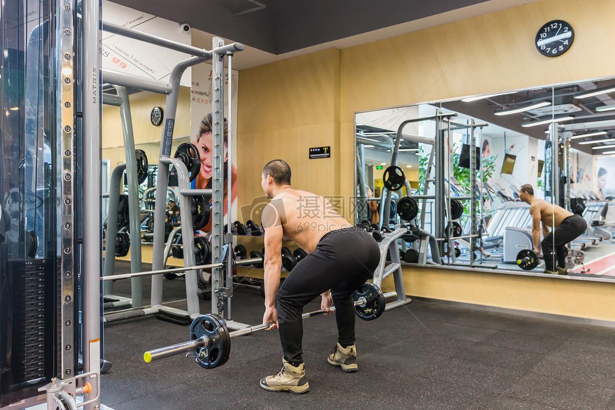 健身房强壮男人举重训练图片