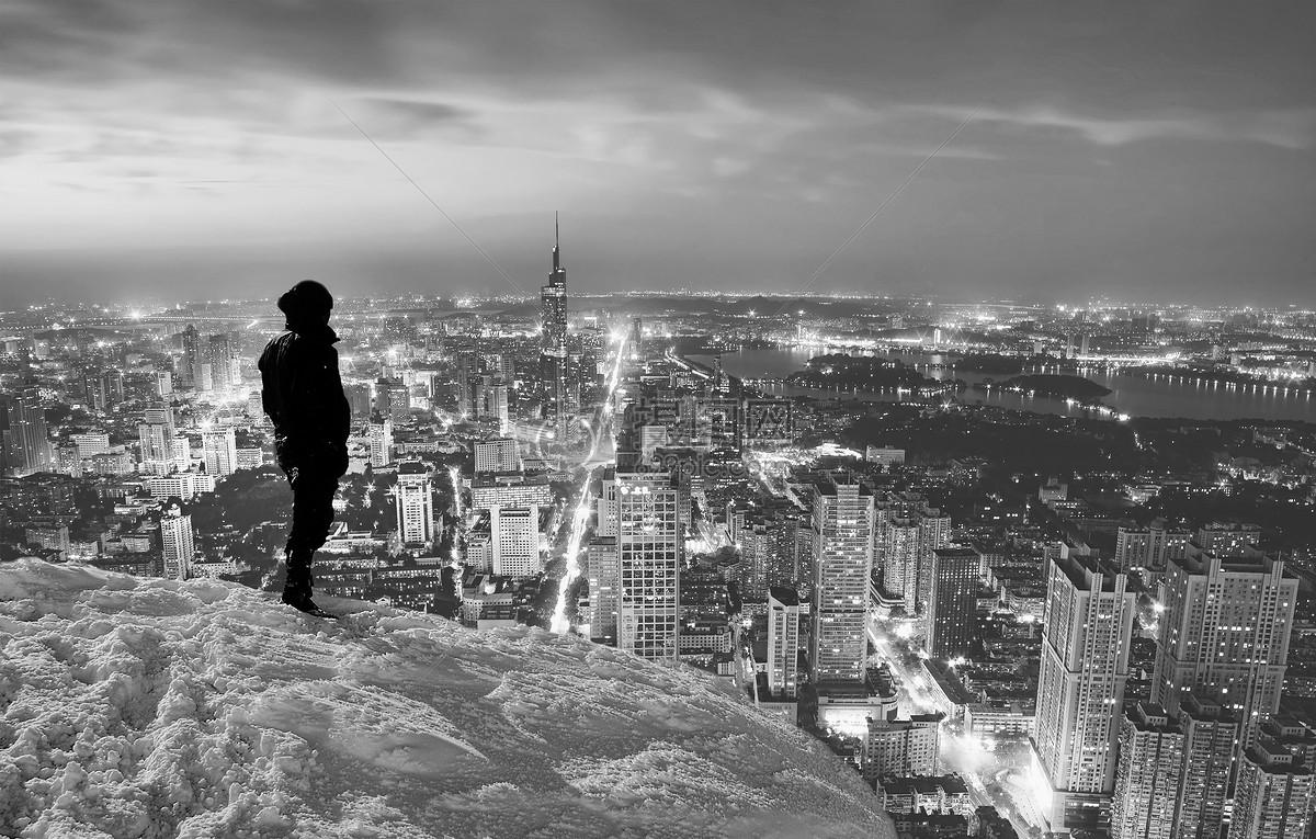 男士背影眺望城市背景黑白