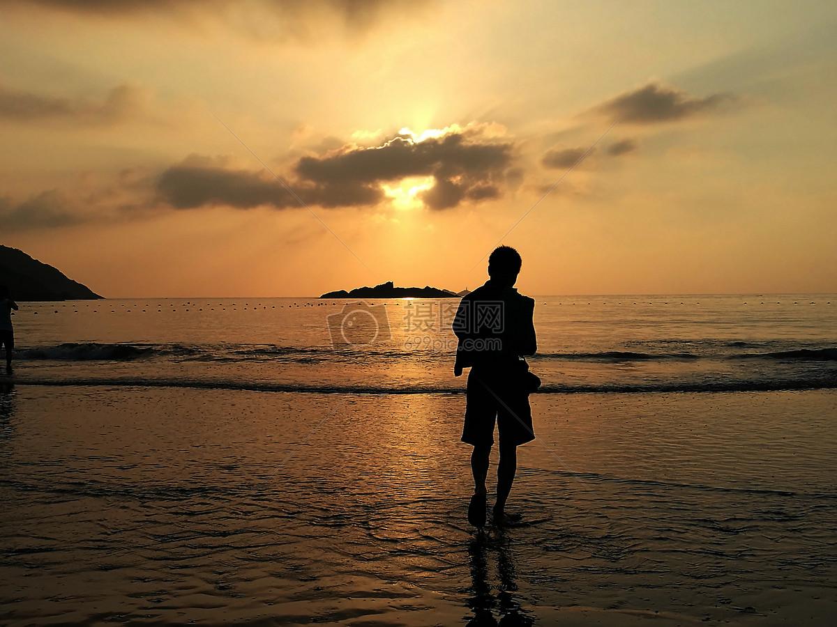 海边早晨日出人物背景剪影