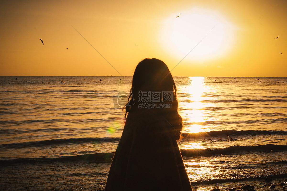 日落海边的背影