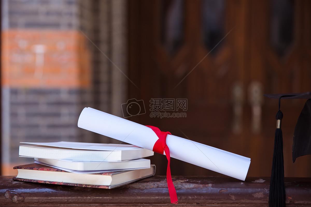 校园毕业季教室栏杆上书本素材图片图片