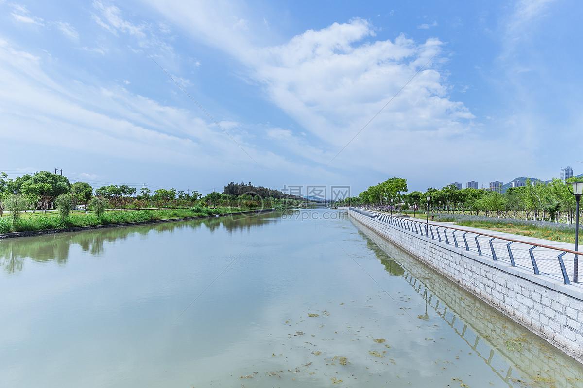 城市公园蓝天白云人工湖风景