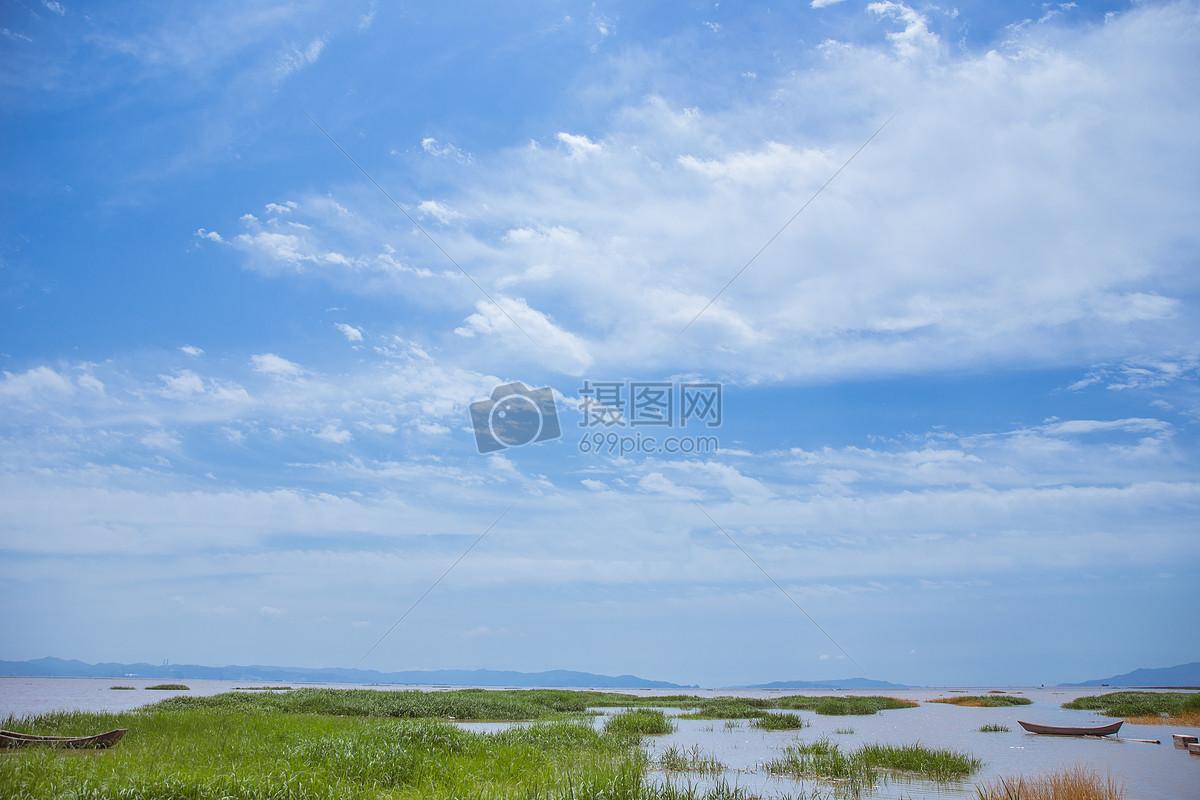 大气蓝天白云清新滩涂风景图片