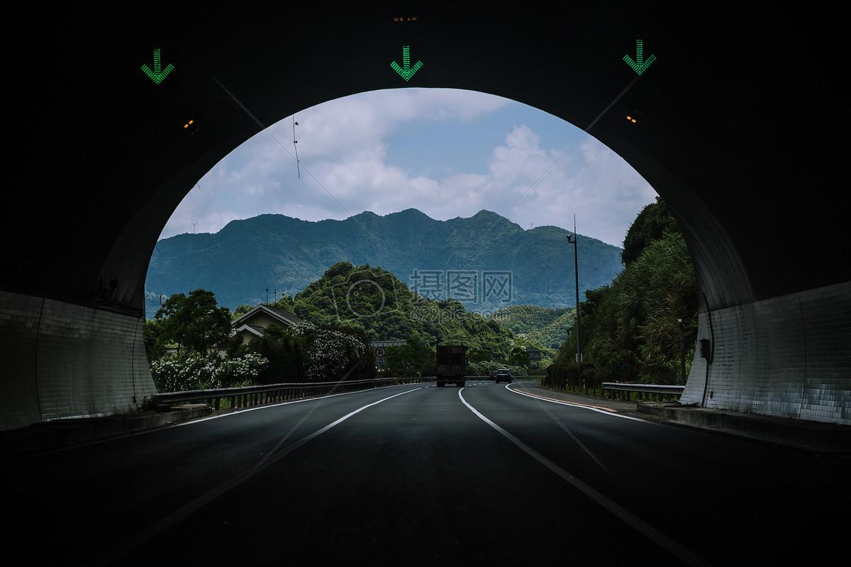 远行出隧道前文艺公路风景摄影图片免费下载_交通
