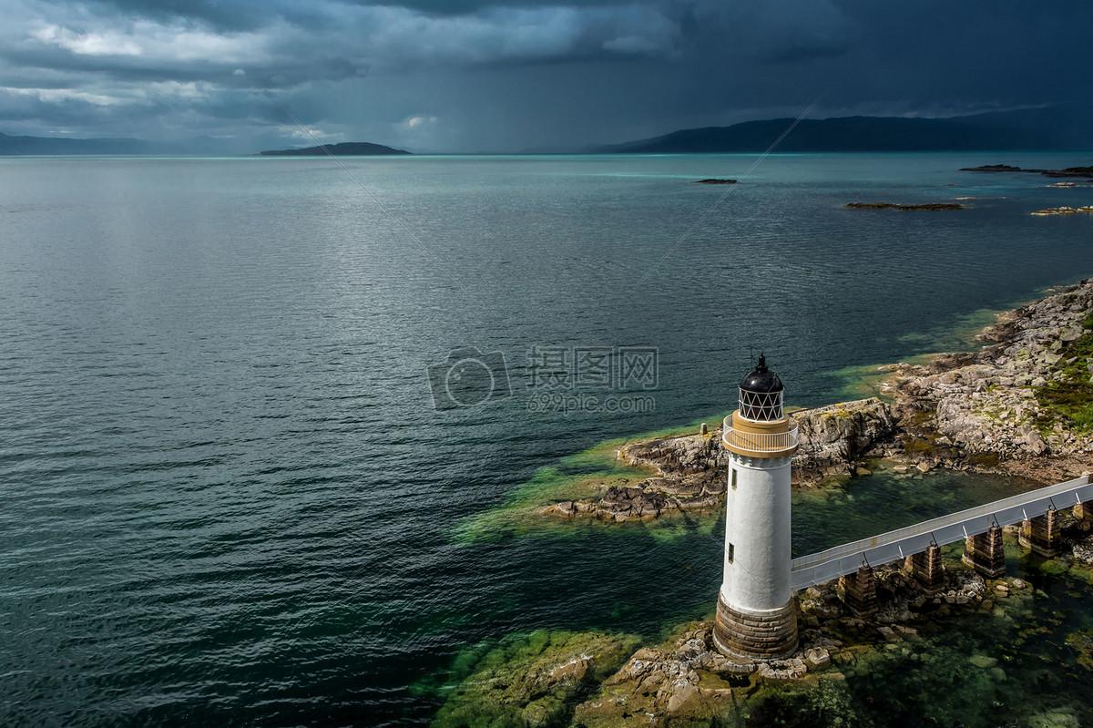 茫茫大海夜晚的灯塔