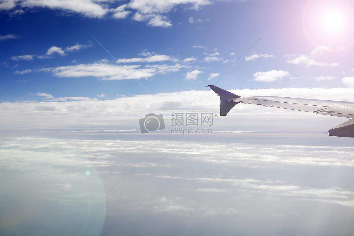 迎着阳光飞行的民航飞机
