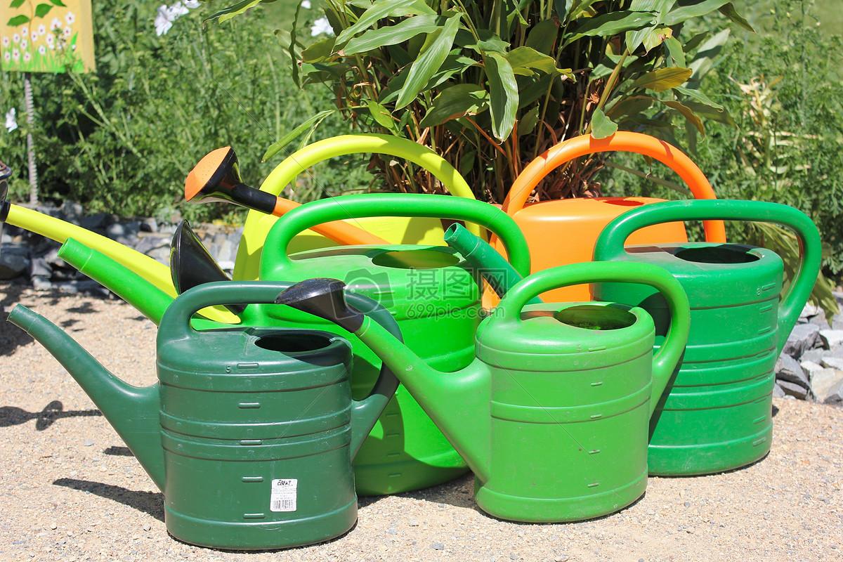 院子里的浇水壶