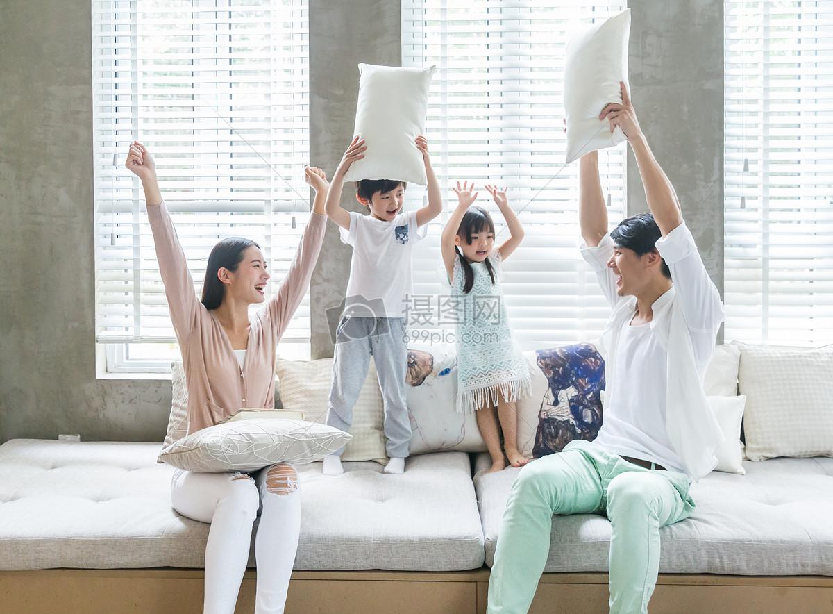 父母和孩子在客厅沙发嬉戏打闹图片素材_免费下载_jpg