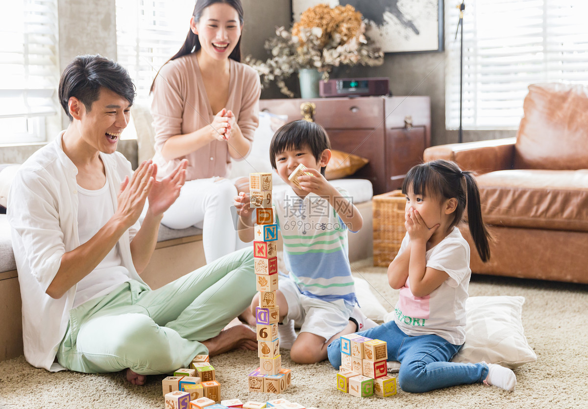 年轻父母陪孩子在家玩游戏图片素材_免费下载_jpg图片