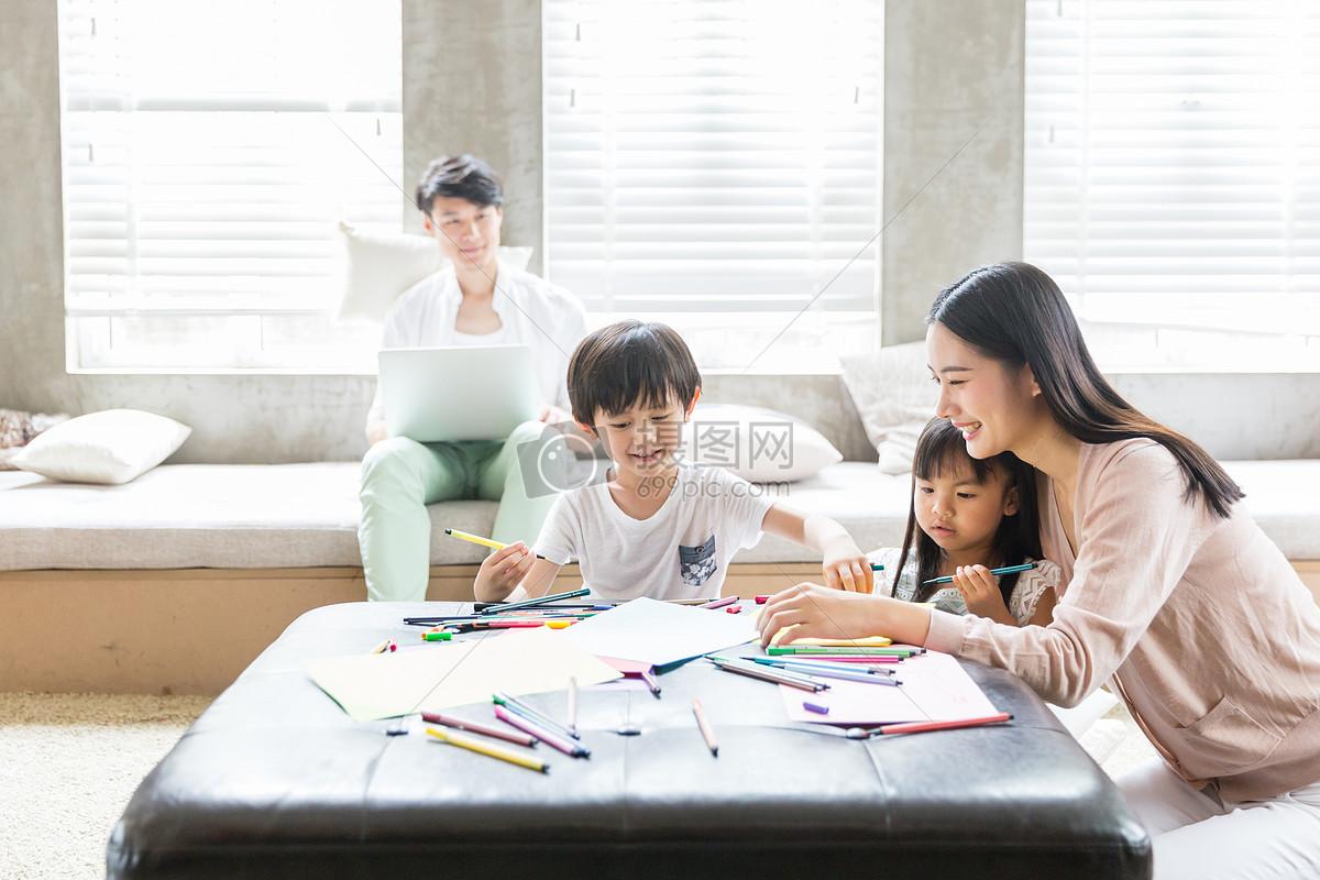 妈妈在家里教孩子画画