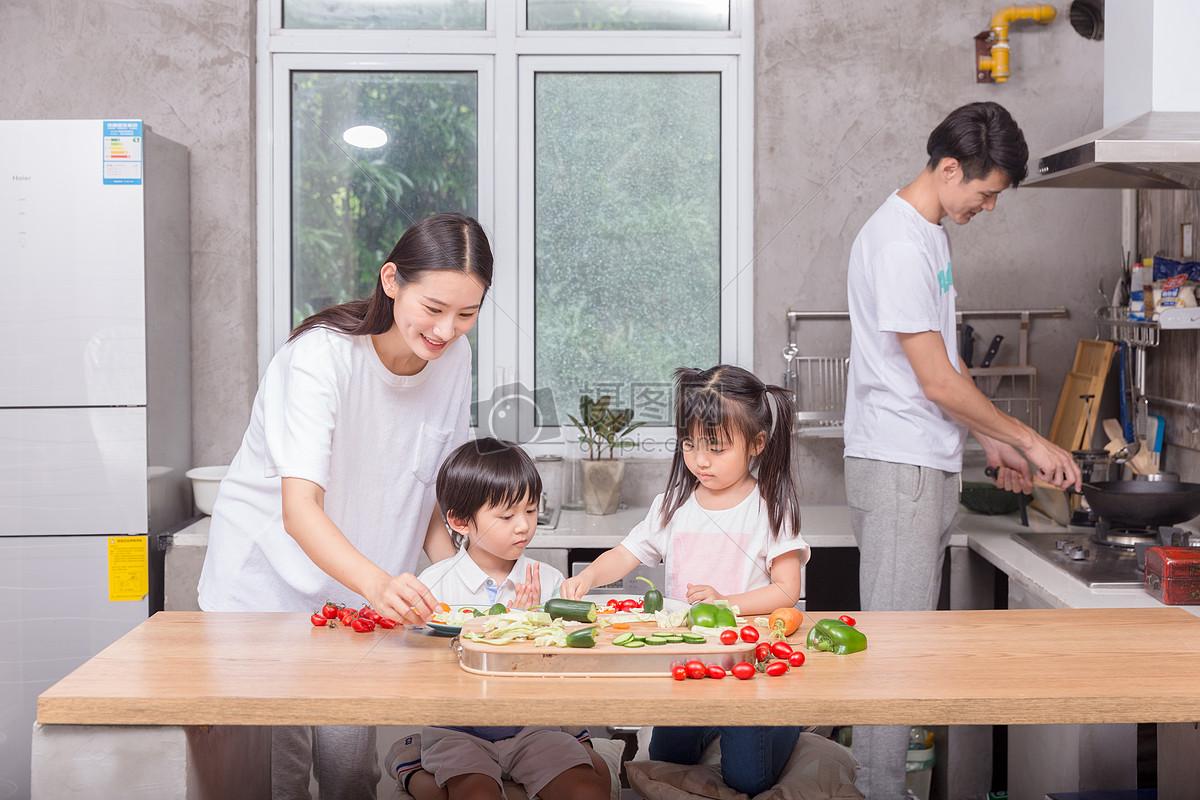爸爸妈妈和孩子一起在厨房做菜