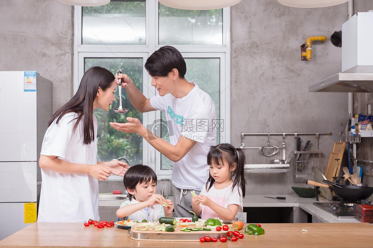 年轻父母与孩子一起在厨房做饭