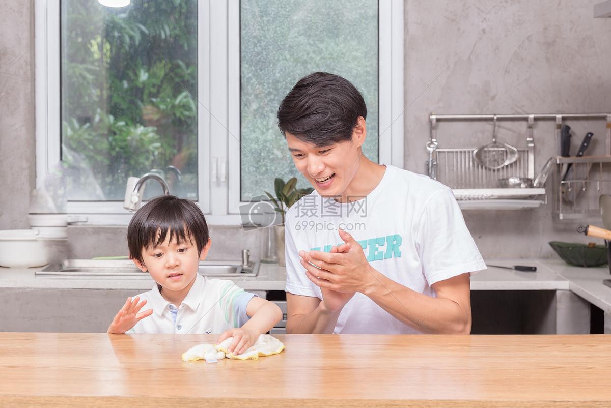 孩子学习帮助父母做家务擦桌子