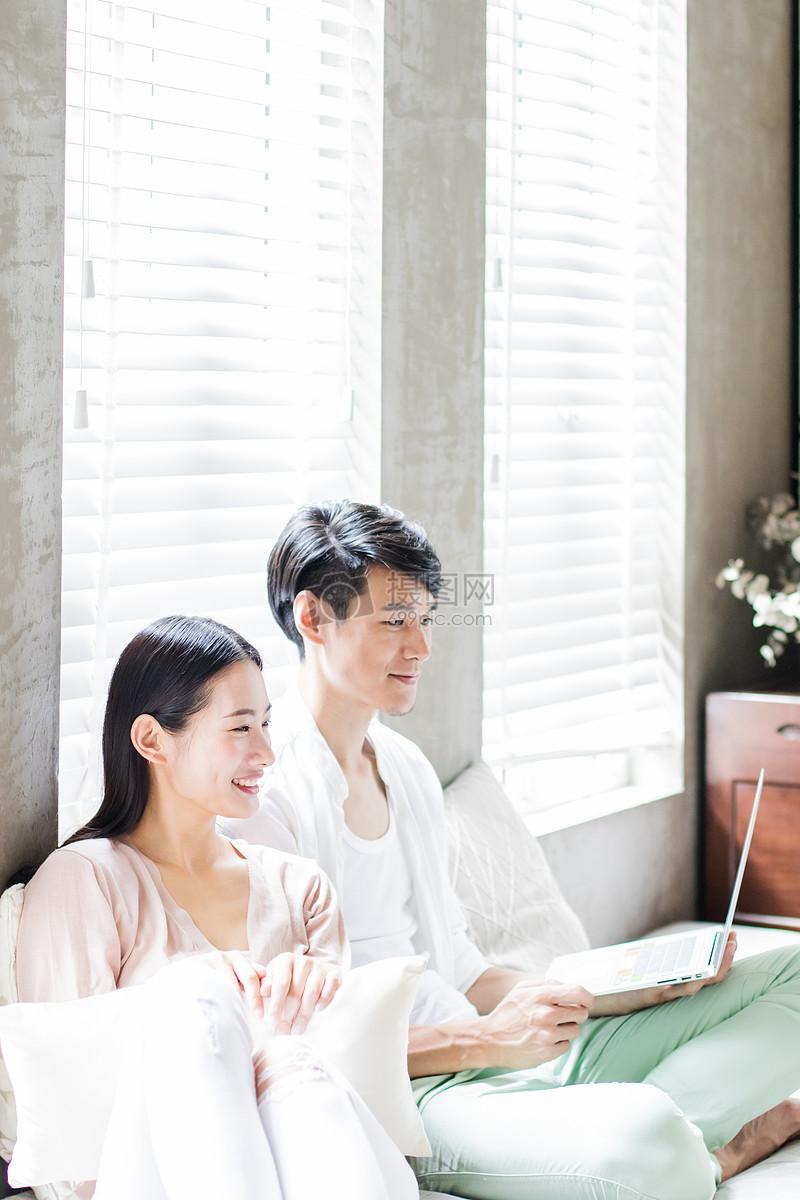 美好生活年轻夫妻坐沙发看前方图片素材_免费下载_jpg