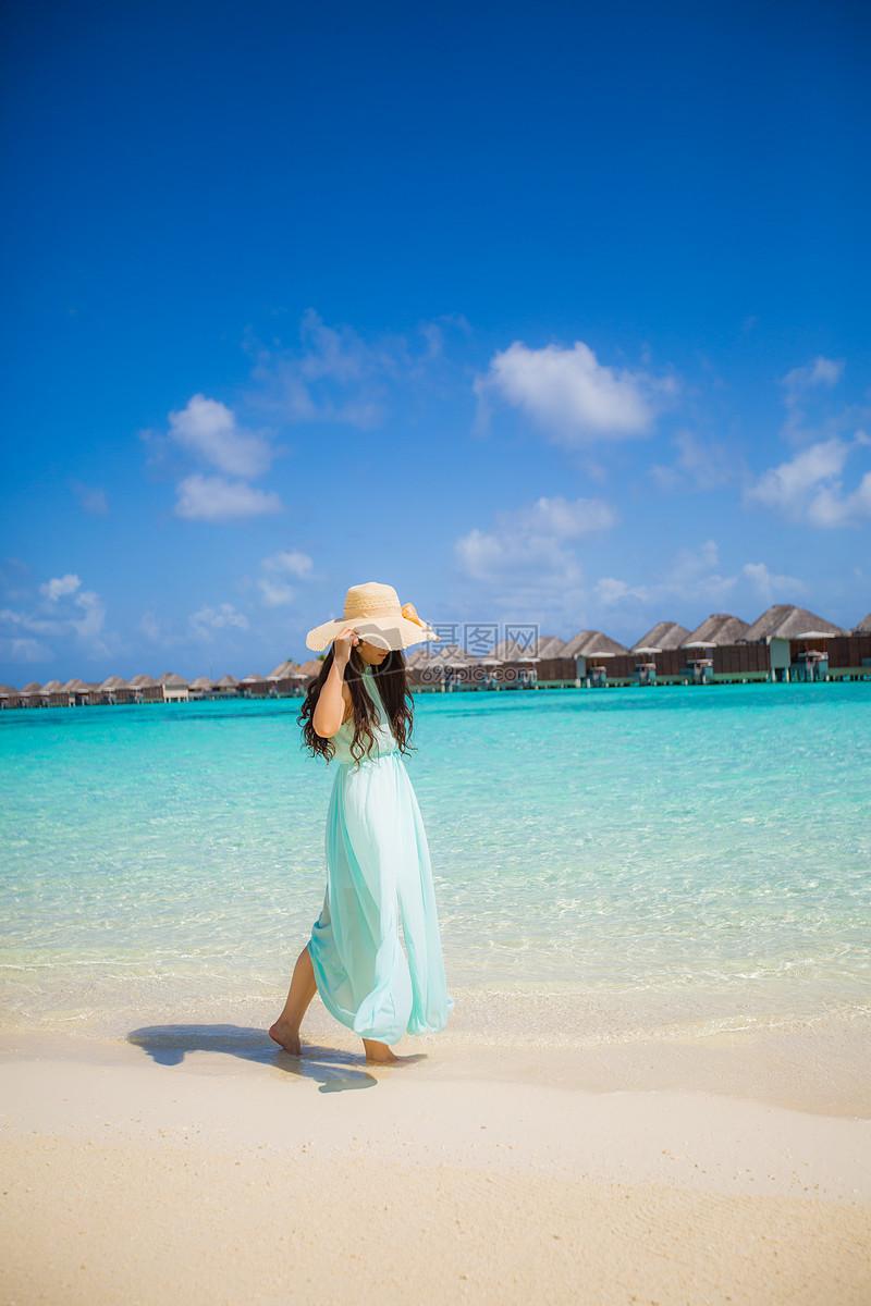 马尔代夫海边的少女
