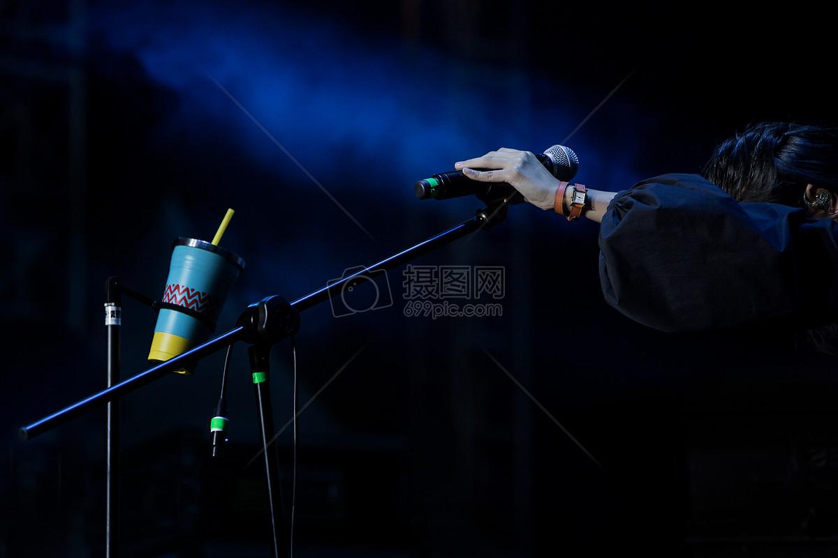 舞台上的歌手图片