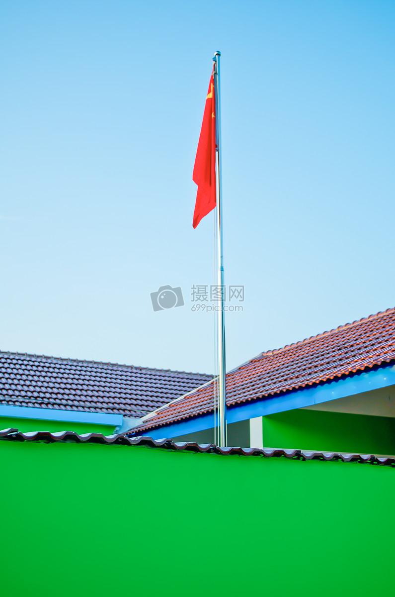幼儿园升起的旗帜