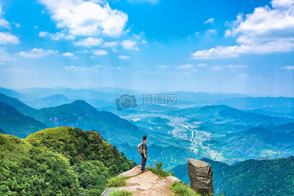 武功山登山远望的男人图片
