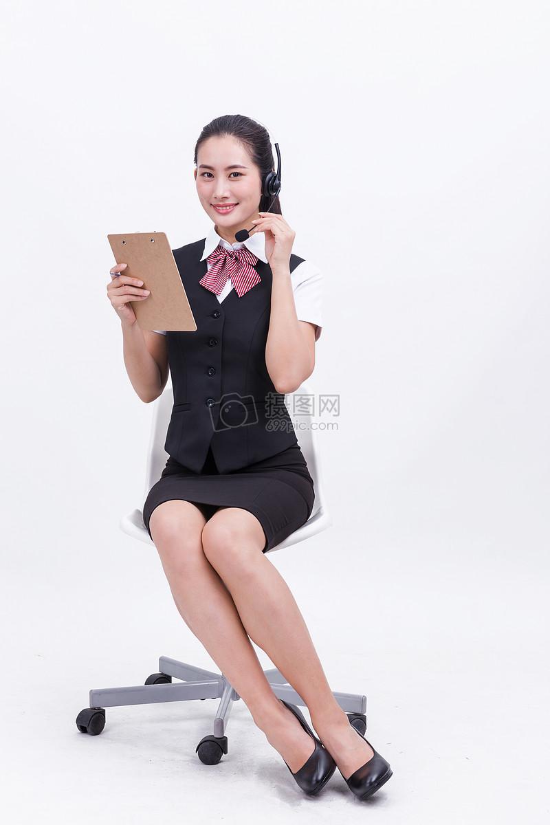 女性客服年轻人接听年轻干练客服人员工作亲和职业美女客服接听电话