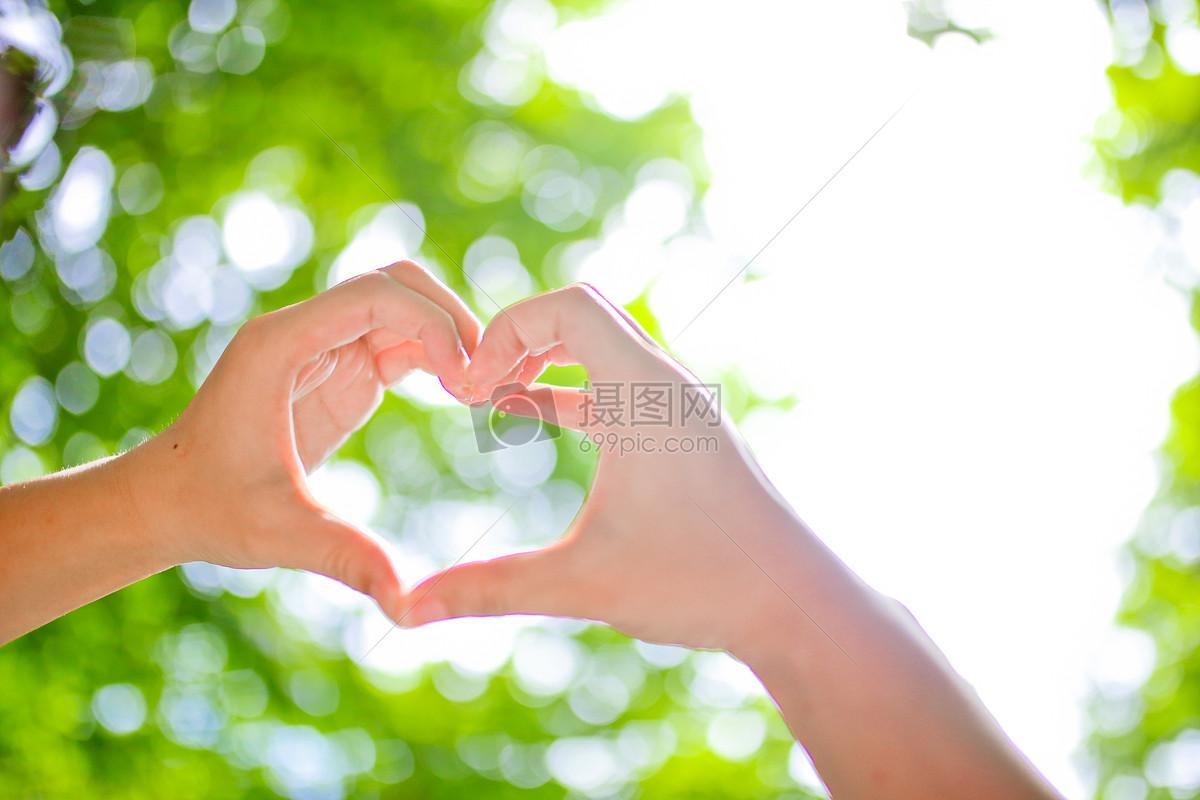 花瓣 举报 标签: 背景虚化阳光比心手小清新风格心双手小清新阳光树叶图片