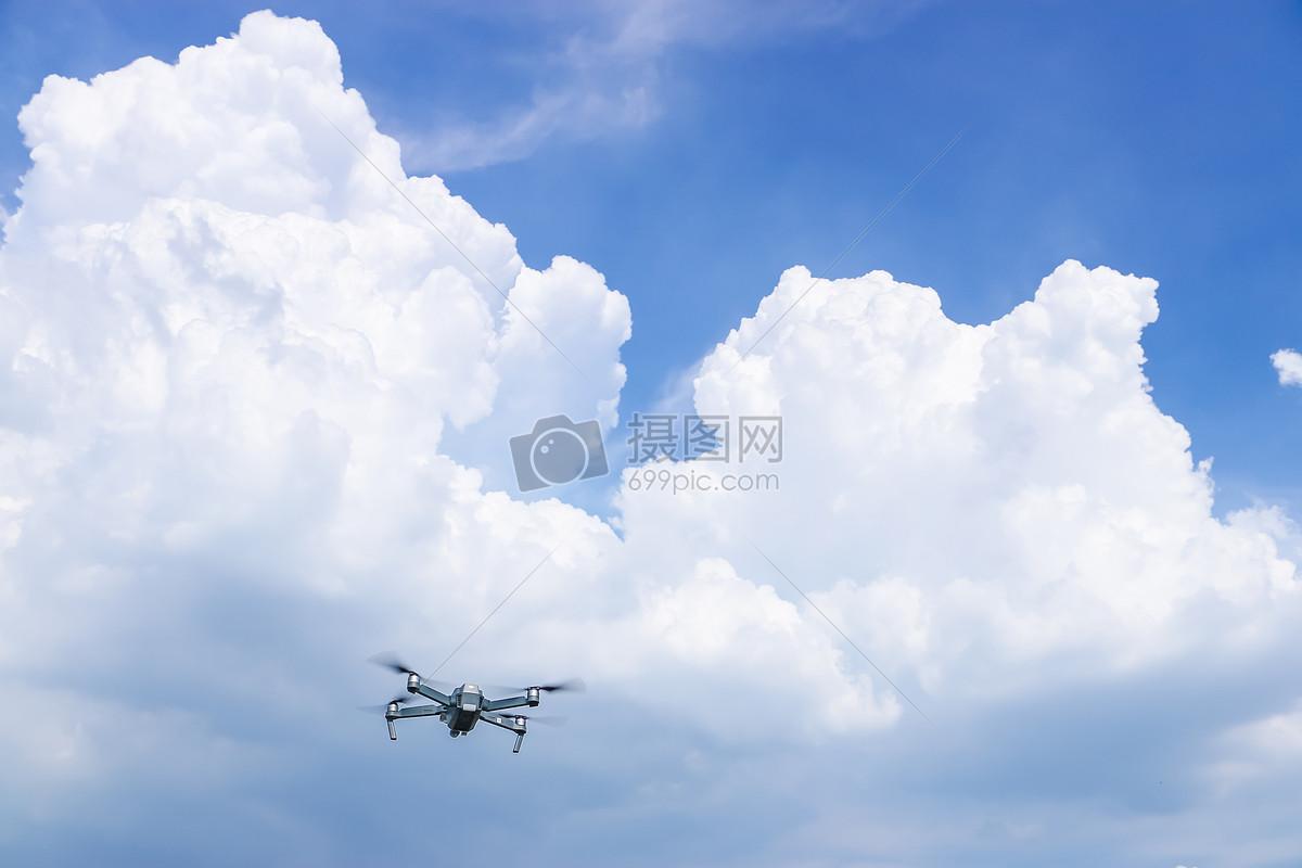 飞机无人机操控云朵飞在空中的大疆航拍飞行器御图片飞在空中的大疆航