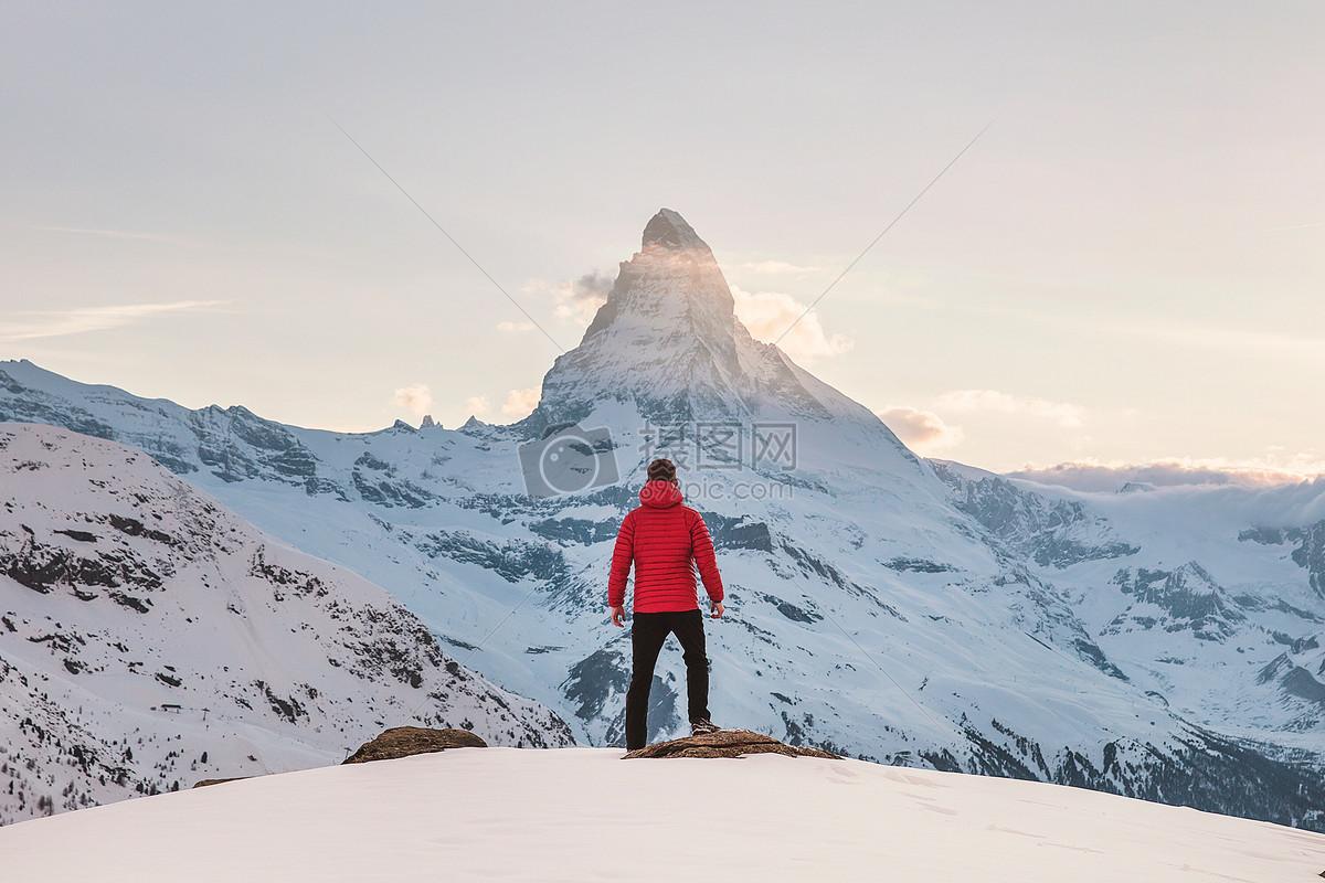旅途看风景的男人背影图片素材_免费下载_jpg图片格式