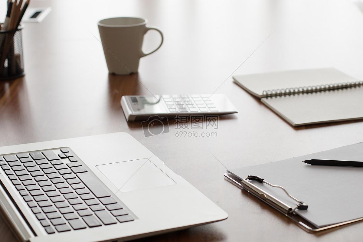 标签: 敲打键盘桌子桌子上桌面工作商务人士办公场景办公室办公情景