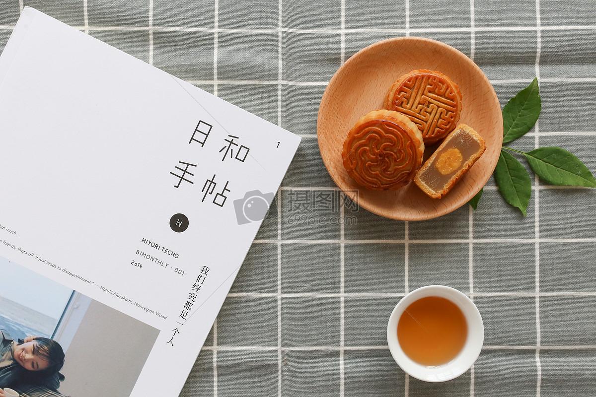 月饼书籍格子布背景静物图片