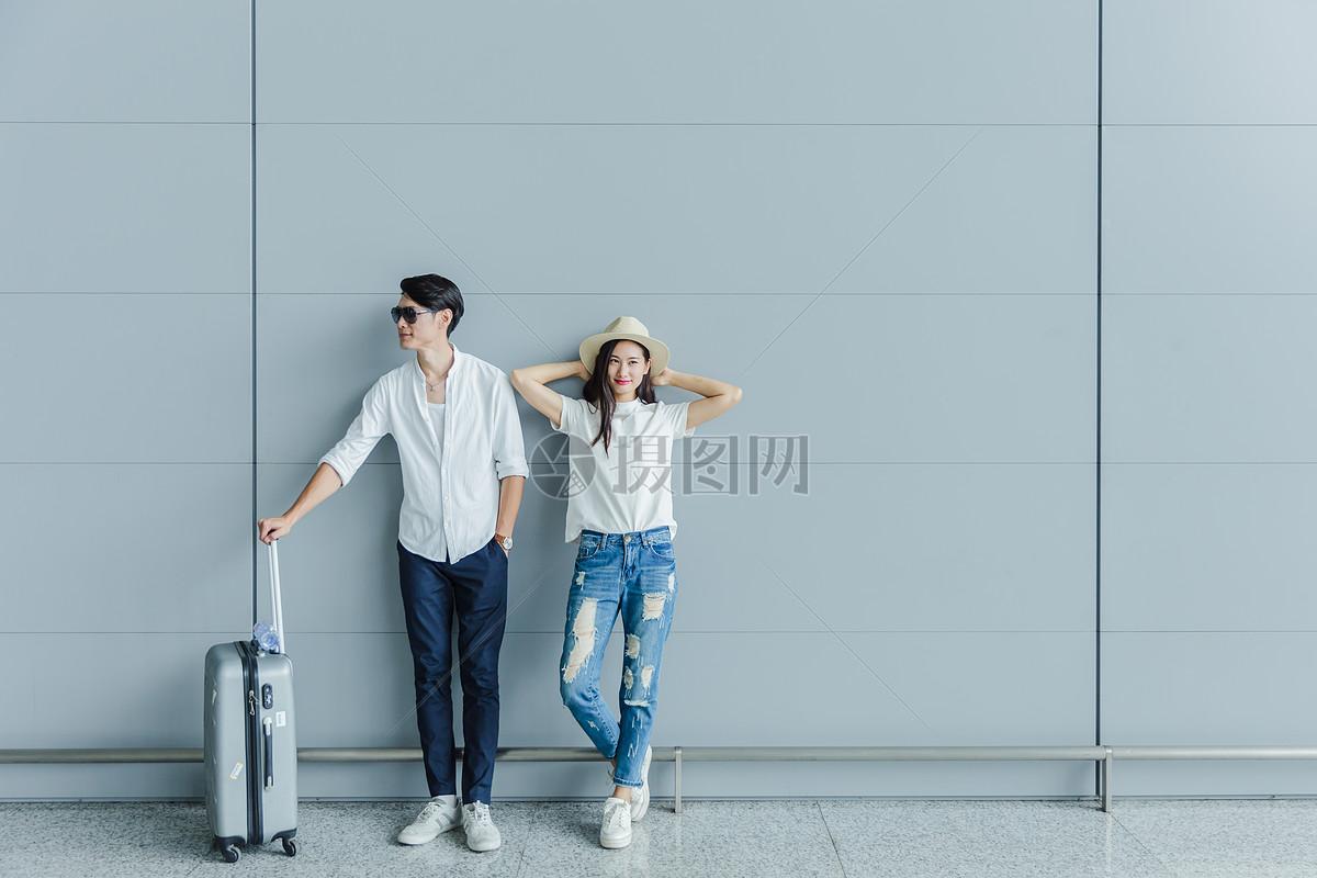热恋情侣机场候机休息图片