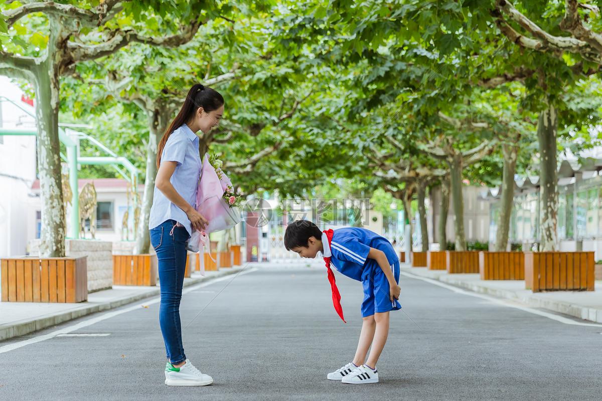 教师节献花学生给老师鞠躬