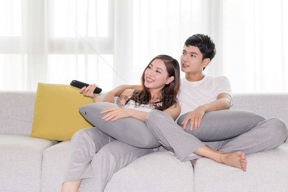 「男女坐在客廳看電視」的圖片搜尋結果