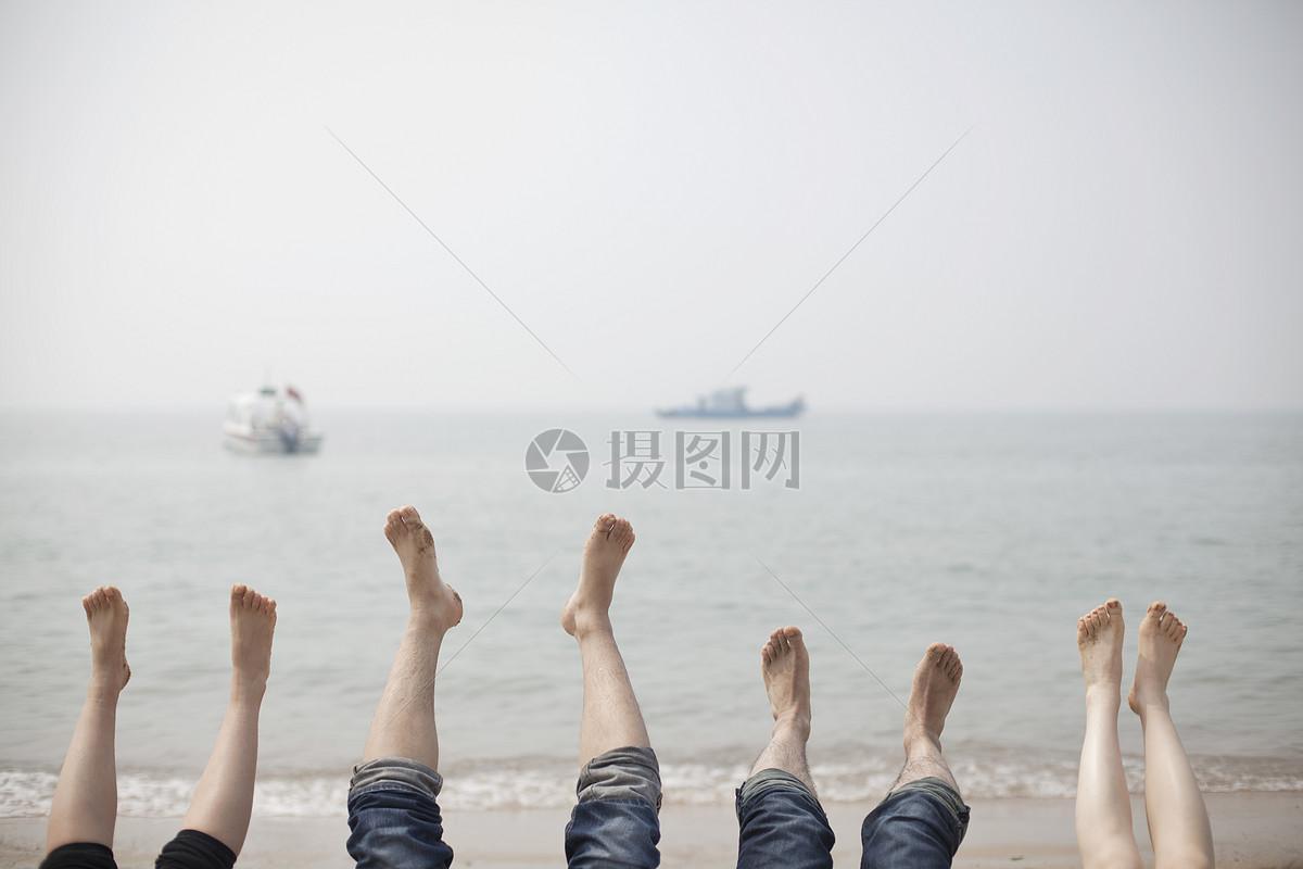 旅行中一家人在海边抬脚放松