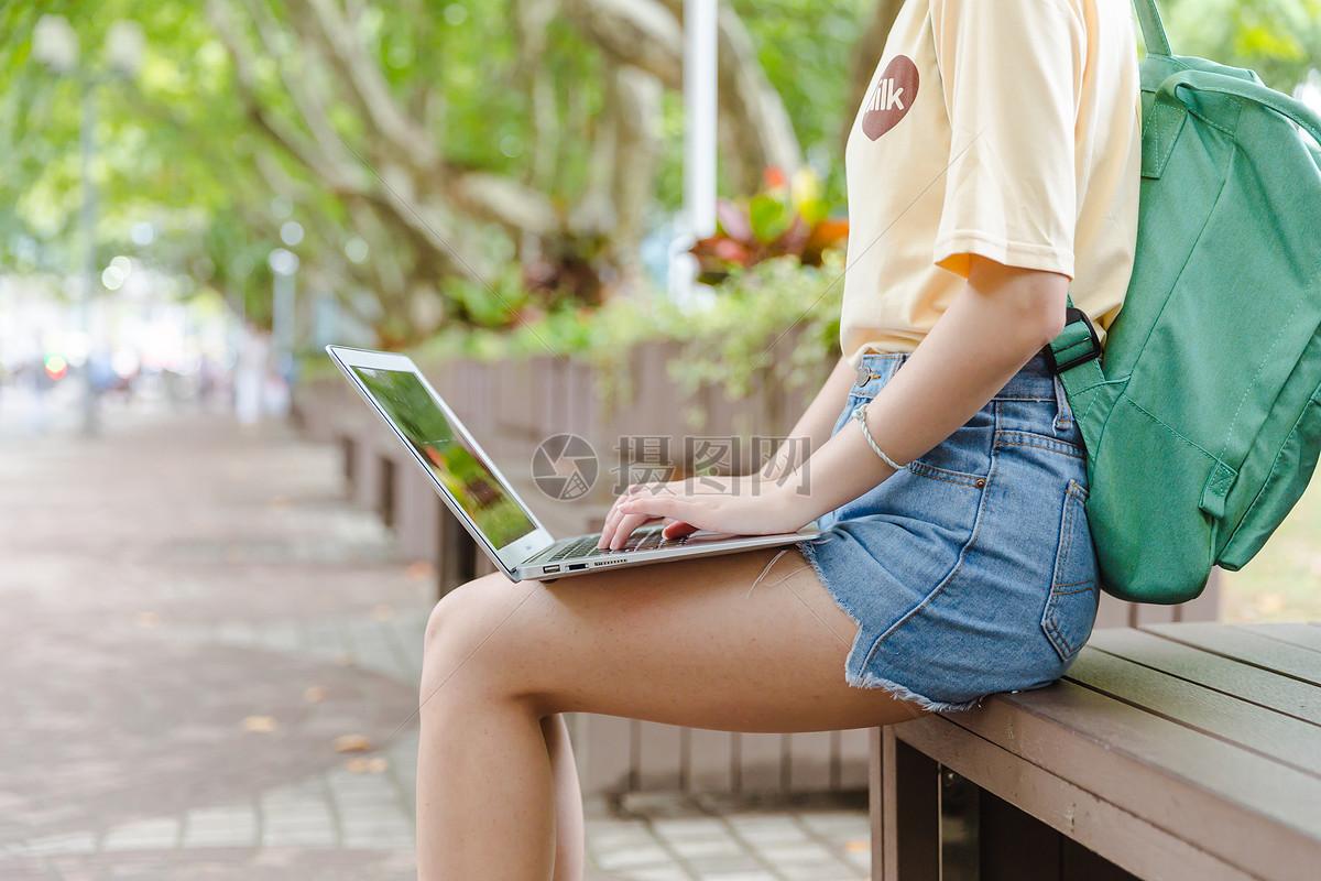 大学女生爱黑棒视频_大学校园女生用电脑打字特写