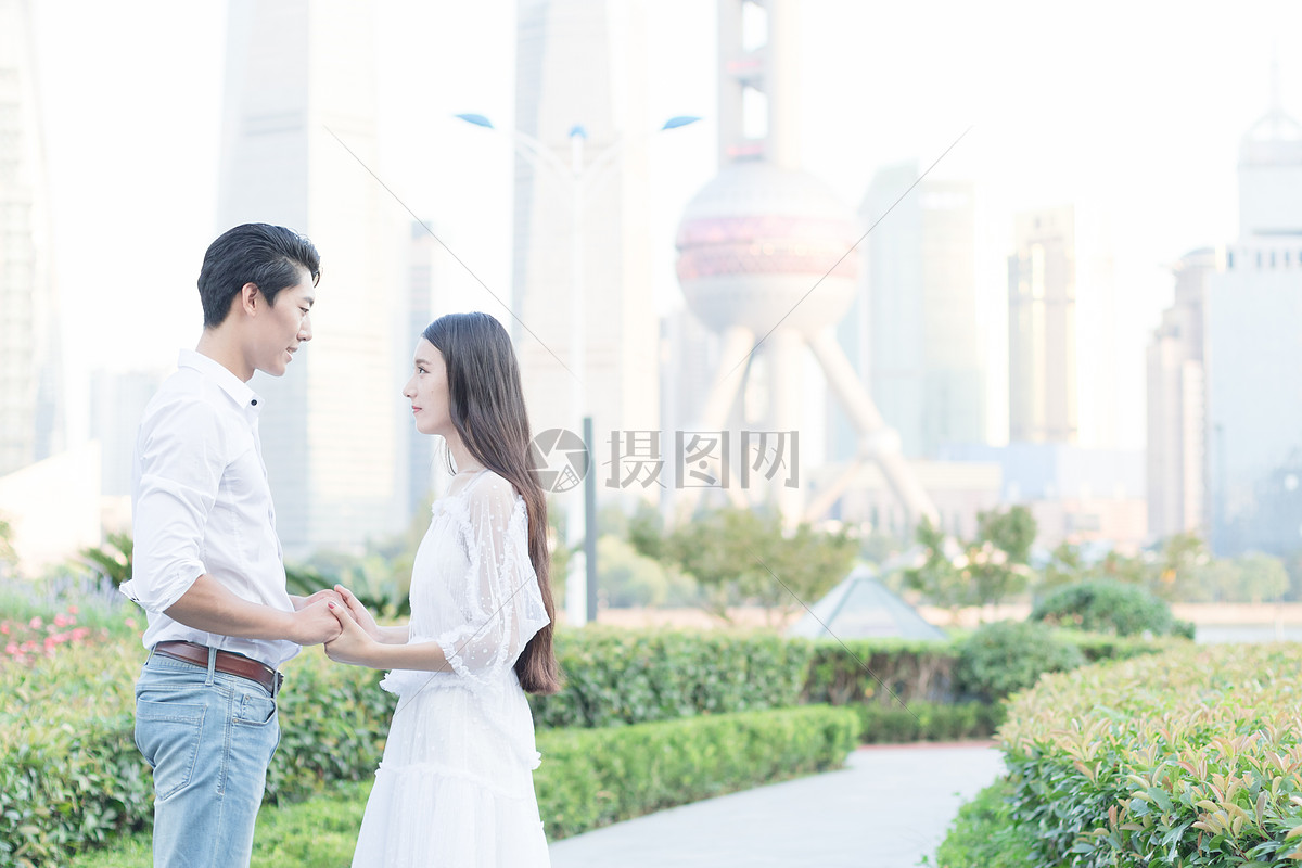情侣牵手散步上海旅行