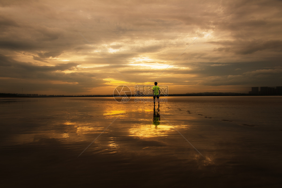 唯美图片 自然风景 海边一个人的背影jpg