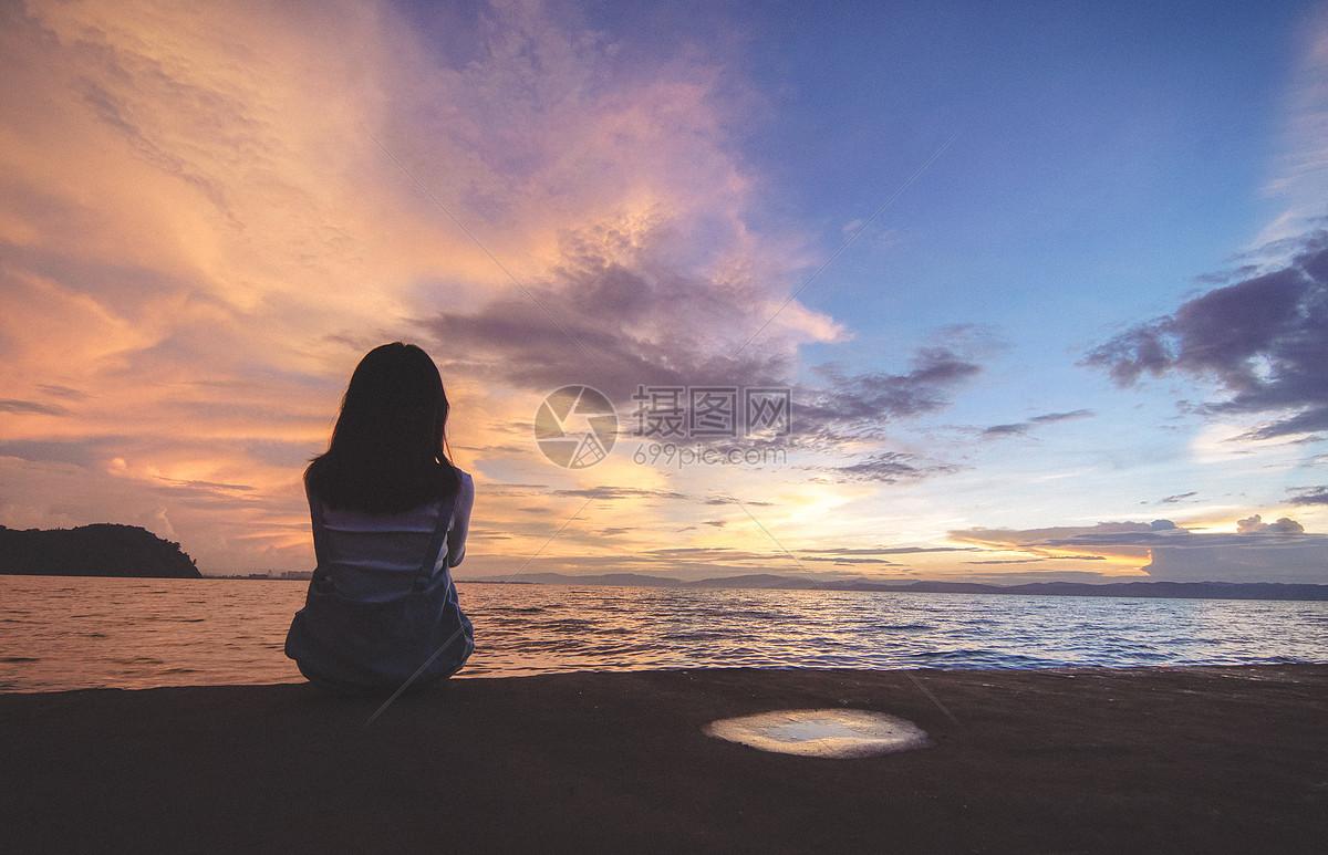 夕陽下女孩背影圖片素材_免費下載_jpg圖片格式_vrf高清圖片500653753圖片
